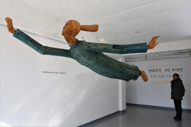 남원시 수지면 초리 수지미술관에서 만난 '현대조각 4인전'의 작품 '이상한 나라의 앨리스'(이상헌 작).
