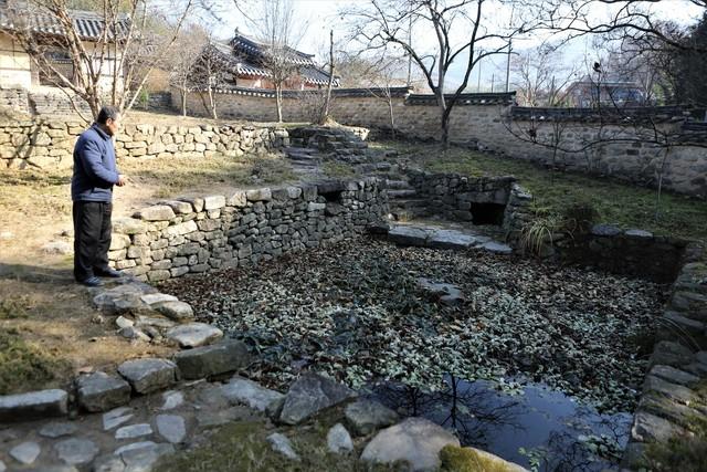 몽심재 마당가의 연못 천운담. 못 안에 '매사에 조심하라'는 뜻을 담은 네개의 디딤돌이 놓여 있다.