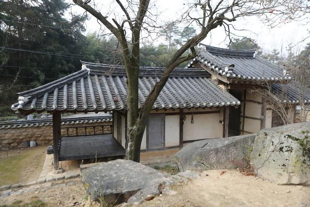 몽심재 마당의 주일암과 문간채. 문간채엔 정자(누마루)가 딸려 있다. 집 주인은 이곳을 머슴들이 쉬는 장소로 쓰도록 했다고 한다.