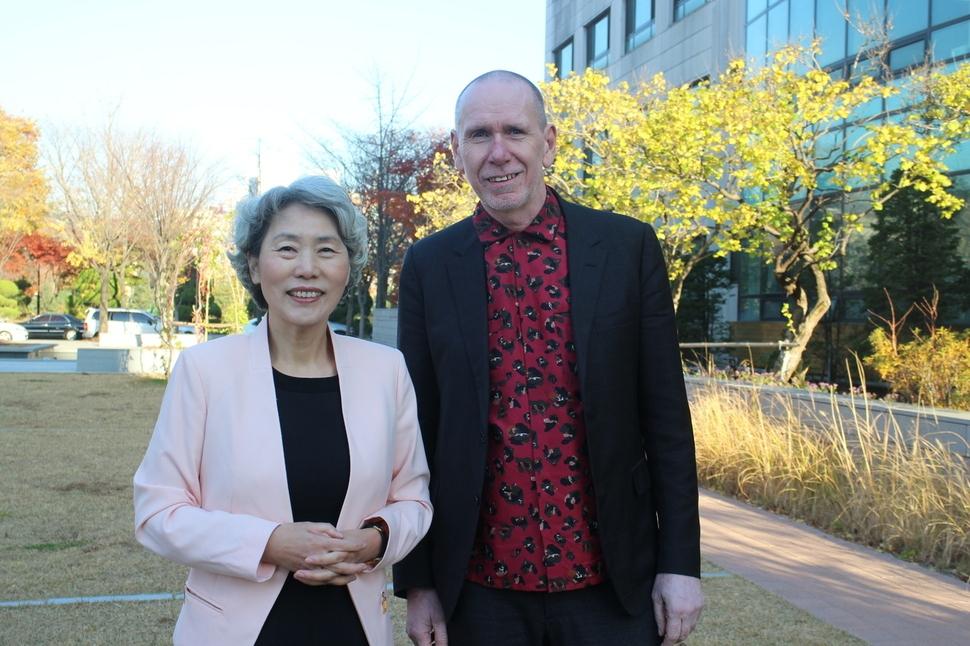 지난달 11일 서울 교대에서 열린 감정코칭협회 학술대회에 참석한 마크 라이닝턴 박사가 강연이 끝나고 최성애 에이치디(HD)행복연구소장과 이야기나누고 있다.