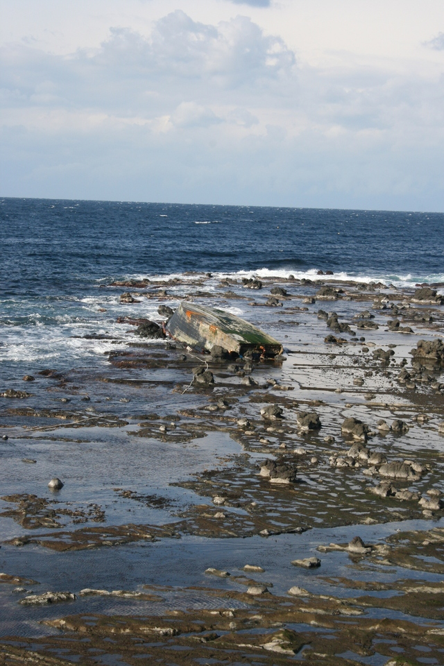 7일 오후 섬 남부 엣쓰미에 뒤집힌 채 있는 북한 어선 추정 목선. 지난 2일 발견된 이 배 주변에서는 주검 2구가 나왔다. 배가 뒤집힌 채로 있기 때문에 안에 주검이 남아있을 가능성도 배제할 수 없다.