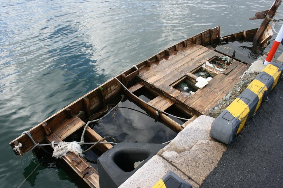 료쓰항에 있는 또다른 북한 어선 추정 목선. 1일에 발견된 이 배는 길이가 8m정도 소형으로 폭도 더 좁다.