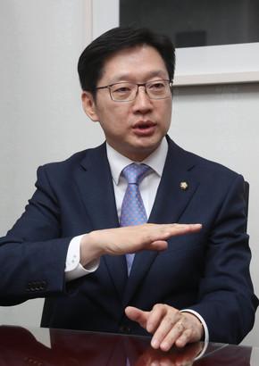 국가균형발전 정책 관련 대담을 하고 있는 김경수 더불어민주당 의원. 신소영 기자 viator@hani.co.kr