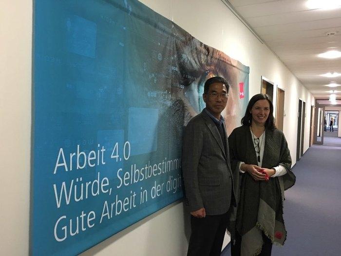 김주영 한국노총 위원장이 지난 11월22일 오전 베를린에 있는 독일통합서비스노조(베르디)에서 바르바라 주제크 '혁신과 좋은 노동국장'과 함께 '노동 4.0' 논의를 한 뒤 기념사진을 찍고 있다.