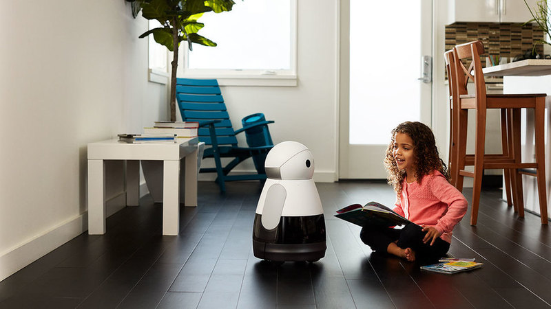아이와 대화를 하며 감정을 나누는 로봇 '쿠리'.