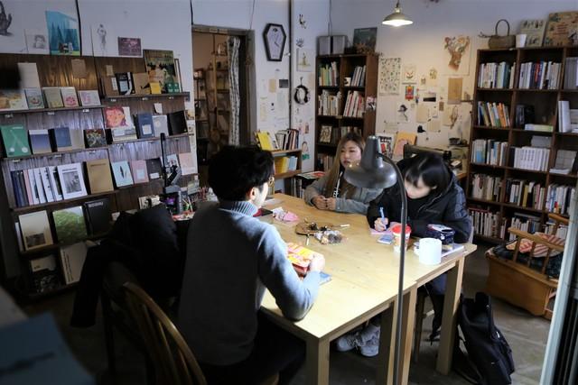 천안의 독립출판물 책방 '허송세월'에서 대학생들이 도시 재생에 대해 의견을 나누고 있다.