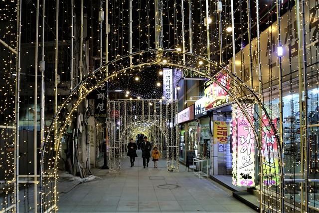 천안 원도심 '명동 거리'의 조명 조형물. 12월30일까지 크리스마스 축제가 진행된다.