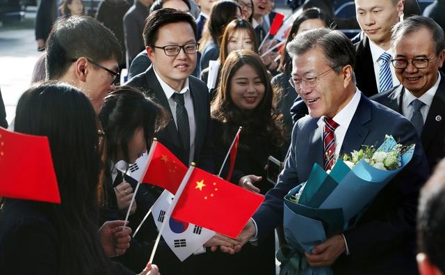 문재인 대통령이 15일 오전 중국 베이징대학교에 도착해 '한중 청년의 힘찬 악수, 함께 만드는 번영의 미래'를 주제로 연설하기에 앞서 재학생들의 환영을 받고 있다. 연합뉴스