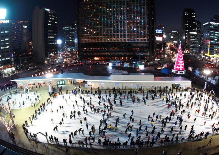 겨울방학이 다가오고 있는 가운데, 서울광장을 비롯해 수도권 곳곳에 야외 스케이트장이 잇따라 문을 열어 어린이와 시민들을 설레게 하고 있다. 지난 2015년 겨울 서울시청 앞 스케이트장의 모습. 서울시 제공