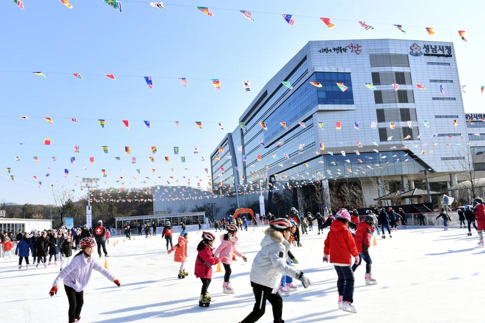 지난 16일 경기도 성남시청 주차장에 개장한 야외 스케이트장에서 즐겁게 얼음을 지치는 어린이들의 모습. 성남시 제공