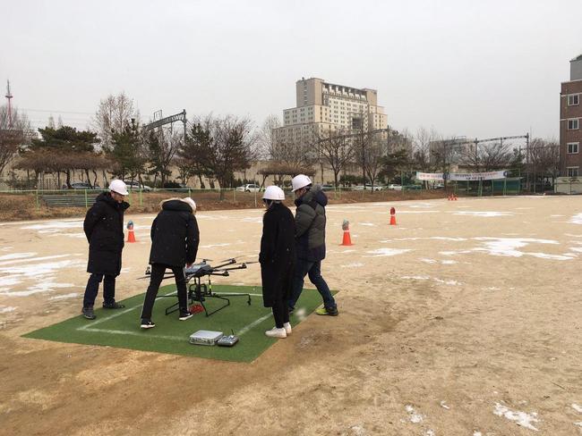 지난 20일 대한상공회의소 인천인력개발원 운동장에서 드론 실기수업 교육생들이 비행 전 드론을 점검하고 있다. 박현철 기자