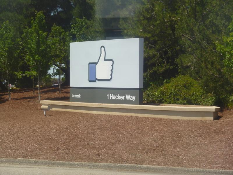 미국 팰러앨토 페이스북 본사에 세워진 '좋아요' 조형물. 최근 미국 역학저널에 실린 논문은 사람과의 실제 소통 없이 페이스북을 스크롤하면서 '좋아요'를 많이 누르는 사람들의 신체적·정신적 건강이 악화되는 것이 보고됐다는 내용을 실었다.  <한겨레> 자료사진