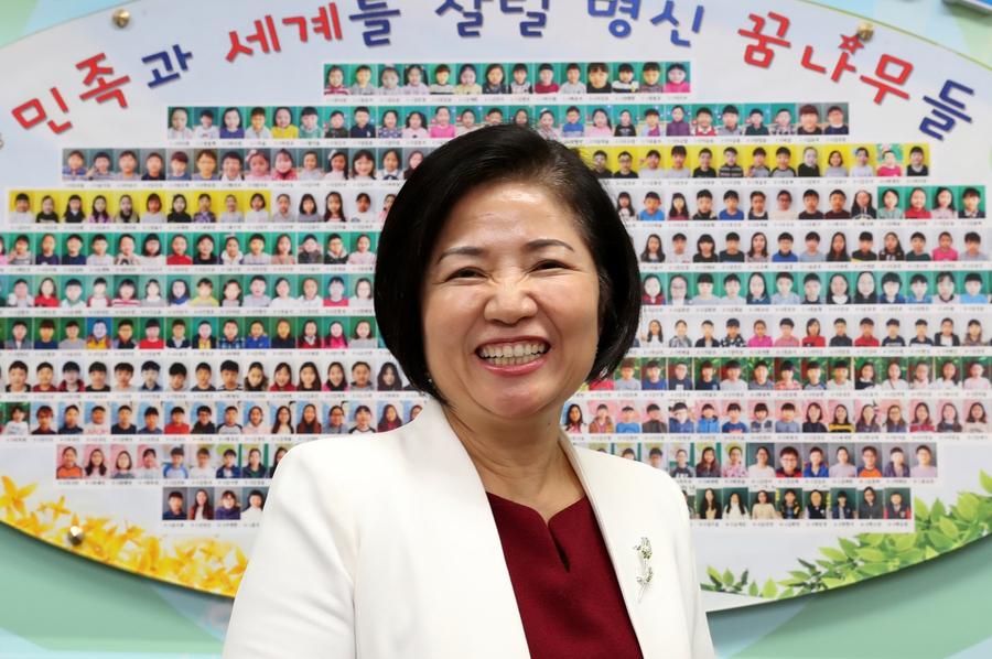"""""""왜 아이들하고 대화가 안 되냐 하면 '내가 이만큼 하면 얘가 이만큼 변할 거다' 하는 기대를 하고 대하니까 그래요. 무엇보다 중요한 건 내 마음의 변화입니다. 코칭 스킬 좀 배워서 애한테 써먹는다고 애들이 절대로 바뀌지 않아요."""" <엄마반성문>의 지은이 이유남 서울명신초등학교 교장은 성취 중심적인 부모 세대의 치부를 고백하고 아이들이 살아갈 세상에 누가 되지 않을 방법을 고민한다. 강재훈 선임기자 khan@hani.co.kr"""