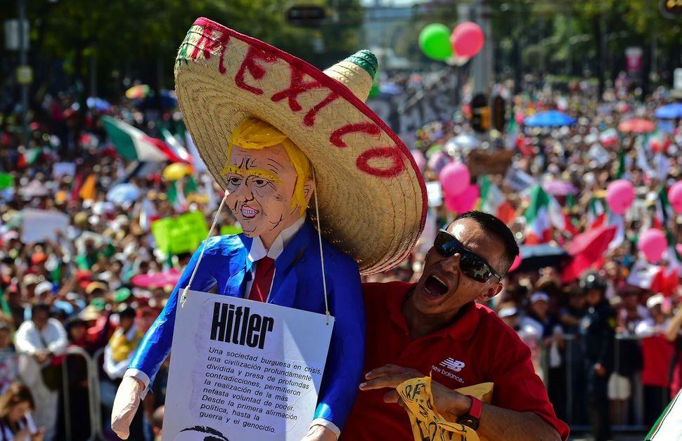 2월12일(현지시각) 도널드 트럼프 미국 대통령의 반이민 행정명령과 미-멕시코 국경 장벽 건설 등에 항의하는 시위가 멕시코 내 20여개 도시에서 일제히 열렸다. 한 시위 참가자가 트럼프를 히틀러에 빗댄 인형을 들고 있는 모습. 멕시코시티/AFP 연합뉴스