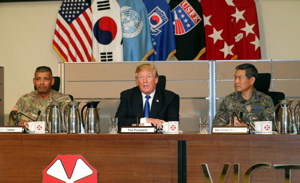 한국을 방문한 도널드 트럼프 미국 대통령이 11월7일 경기도 평택 캠프 험프리스에 도착해 미8군 사령부 상황실에서 발언하고 있는 모습. 사진공동취재단