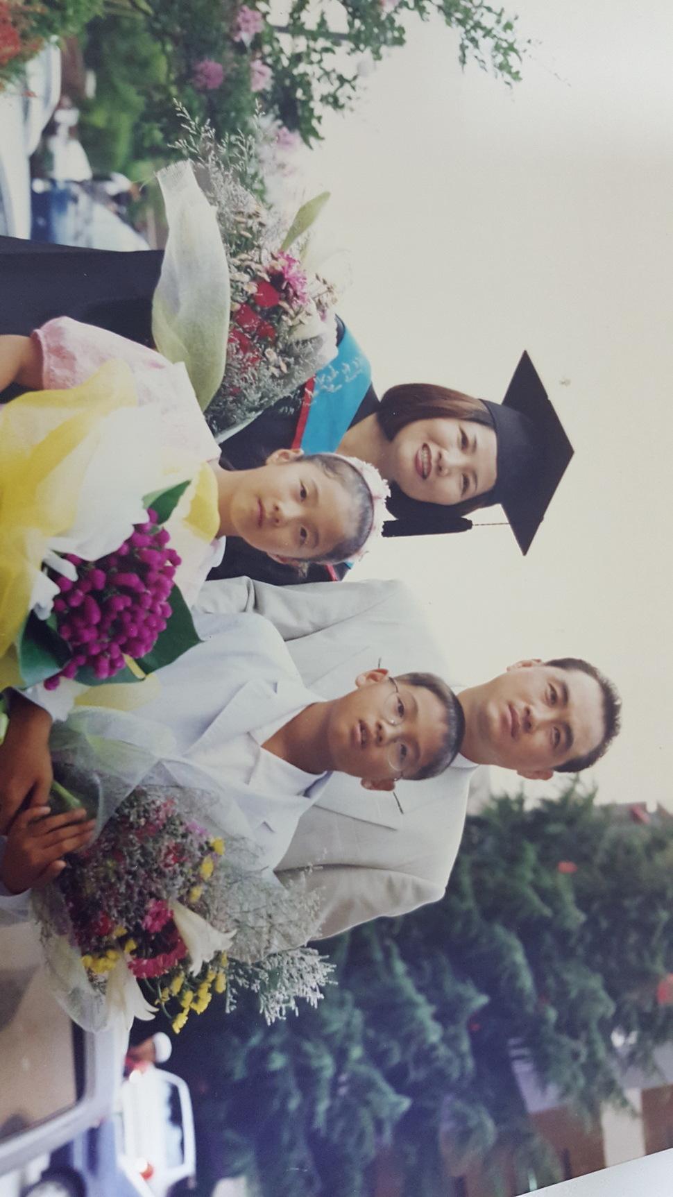 1999년 8월 서강대 교육대학원 석사학위 수여식 날. 남편과 두 아이와 함께.