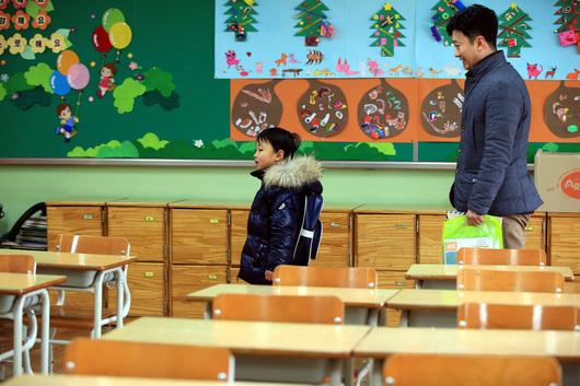 2016년 1월13일 예비 소집일에 서울 이태원초등학교에서 입학 등록을 마친 어린이가 1학년 교실 안을 둘러보고 있다. 김태형 기자 xogud555@hani.co.kr