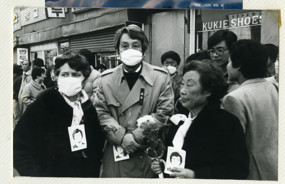 1987년 2월 전국적으로 벌어진, 군부 정권의 고문으로 숨진 서울대생 박종철군 추모와 규탄 시위에 참가한 문동환 목사(가운데)가 부인 문혜림(왼쪽)·형수인 고 문익환 목사 부인 박용길(오른쪽)씨와 함께 종로 거리에서 입마개를 쓴 채 최루가스를 견디고 있다. 한겨레 자료사진