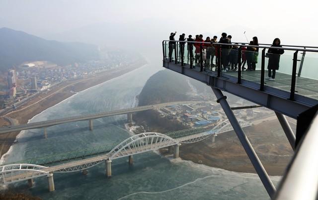 단양 남한강변 절벽 위의 '만천하 스카이워크' 전망대. 미세먼지가 낀 가운데 상진철교·상진대교와 단양읍내 일부가 보인다.