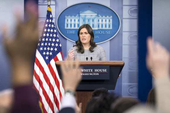 세라 허커비 샌더스 백악관 대변인이 3일 정례 브리핑에서 기자들의 질문을 받고 있다. 워싱턴/EPA 연합뉴스