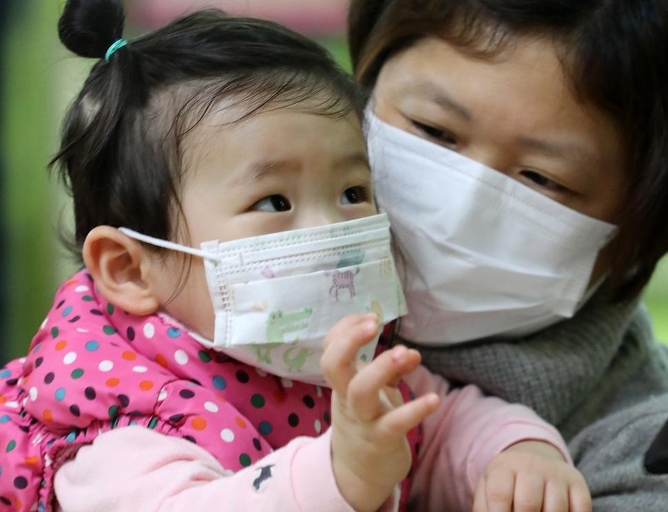 3일 서울 중구 제일병원 소아청소년과 환자 진료대기실에서 진료를 받으려는 모녀가 마스크를 착용하고 있다. 연합뉴스.