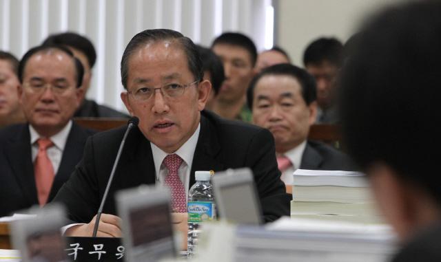김태영 전 국방부장관이 2010년 11월11일 오전 국회에서 열린 국방위 전체회의에서 의원들의 질의에 답하고 있다. 김경호 기자 jijae@hani.co.kr