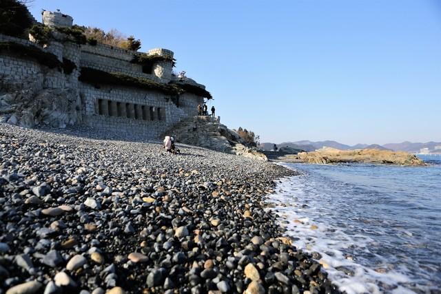 거제 복항마을 몽돌해변과 '매미성'. 사진 이병학 선임기자