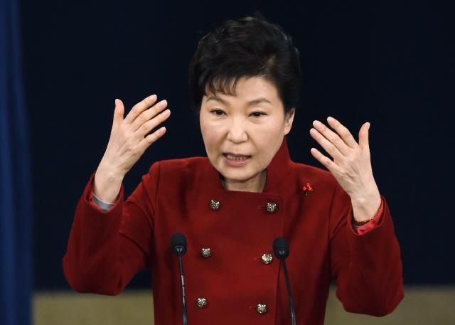 박근혜 대통령이 2016년 1월13일 오전 청와대 춘추관 브리핑룸에서 대국민 담화 발표 및 기자회견을 하고 있다. 청와대사진기자단