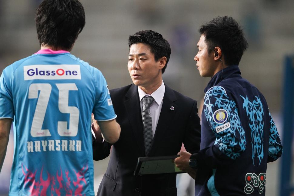 일본 프로리그 사간도스 감독 당시의 모습. 윤정환은 부임 첫해에 2부 리그 팀을 1부 리그에 승격시킨 데 이어 팀을 상위권에 안착시켰다. <한겨레> 자료사진