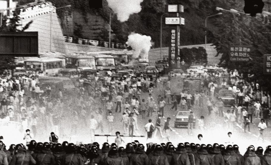 박종철씨 고문치사 사건이 조작된 사실이 폭로된 이후 고문살인조작 범국민규탄대회가 열렸고, 중산층도 대거 참여하기 시작했다. 서울의 한 거리 시위. <한겨레>자료사진.