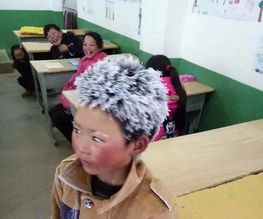 '얼음 소년' 또는 '눈꽃 소년'이라는 제목으로 널리 퍼진 왕후만 군의 사진. 사진 웨이보 갈무리.