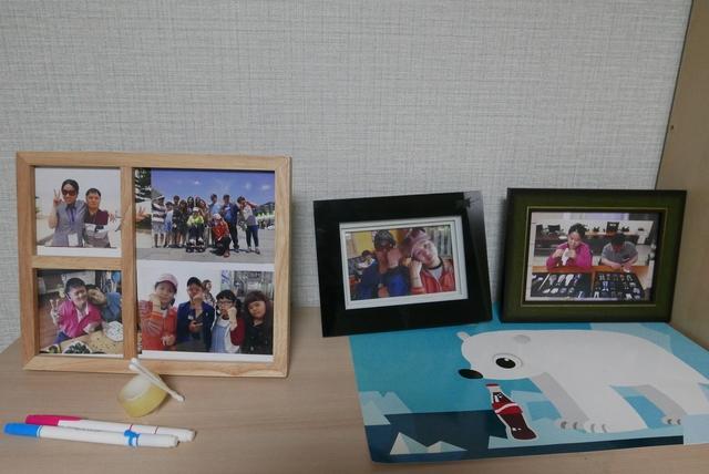 발달장애인 지원주택 입주자인 이민하(가명)씨가 자신의 방에 장식해둔 사진들. 옆집에 사는 여자친구와 찍은 것들이다.