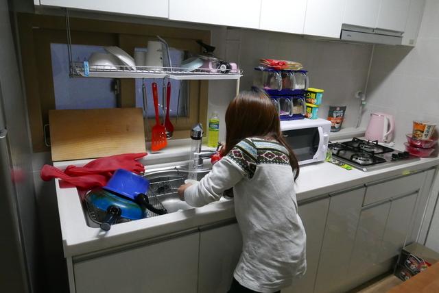 지원주택 입주자인 박윤하(가명)씨가 설거지를 하고 있다. 서울시와 서울도시주택공사 등은 노숙인·장애인을 대상으로 한 지원주택 제도화를 올해 추진할 계획이다.