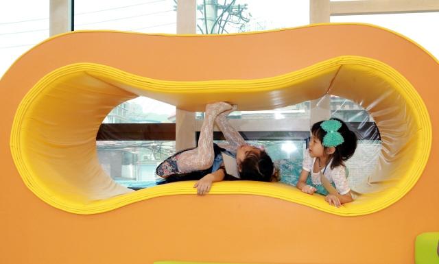 서울 은평구의 한 어린이집 원아들이 장난감 놀이터에서 '침대'에 들어가 놀이 중 잠시 쉬고 있다. 이정아 기자 leej@hani.co.kr