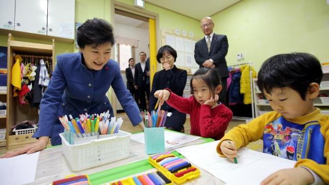 2015년 1월 박근혜 전 대통령이 인천 남동구에 있는 한 국공립 어린이집을 방문해 그림수업을 참관하고 있다. /청와대사진기자단