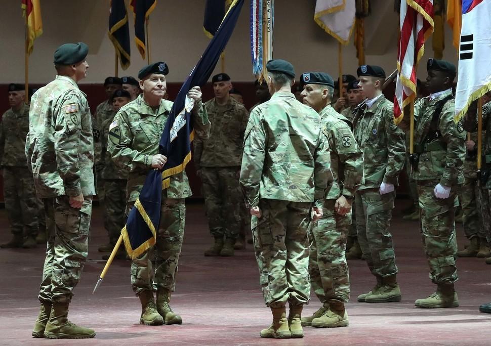 새 미8군 사령관으로 임명된 마이클 A. 빌스(Michael A. Bills) 중장(왼쪽 둘째)의 취임식. 백소아 기자 thanks@hani.co.kr
