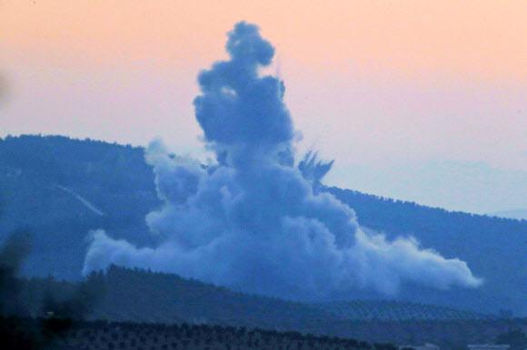 터키 군이 공습을 가한 시리아 북부 지역에서 20일 폭발 먼지가 솟구치고 있다. AP 연합뉴스
