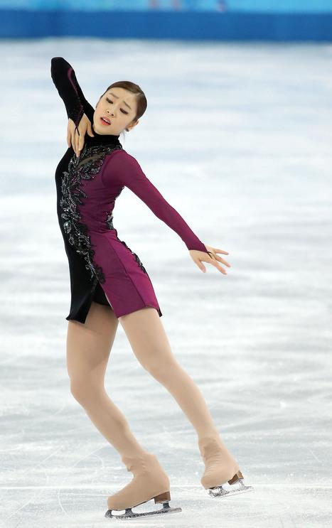 김연아 선수가 2014년 2월 러시아 소치 아이스베르크 스케이팅 팰리스에서 열린 '2014 소치겨울올림픽 피겨스케이팅 여자 싱글 프리프로그램'에서 '아디오스 노니노'에 맞춰 열연하고 있다. 김연아 선수는 뛰어난 경기를 펼쳤지만 은메달에 그치고 금메달은 러시아 소트니코바에게 돌아갔다. 경기가 끝난 뒤 편파판정 의혹이 제기됐다.  소치/연합뉴스
