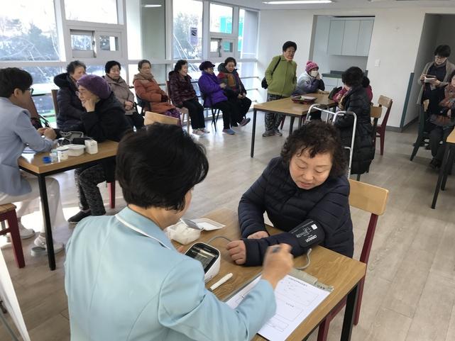 10일 신내의료안심주택 사랑채에서 '어르신 건강 상담'이 열리고 있다.
