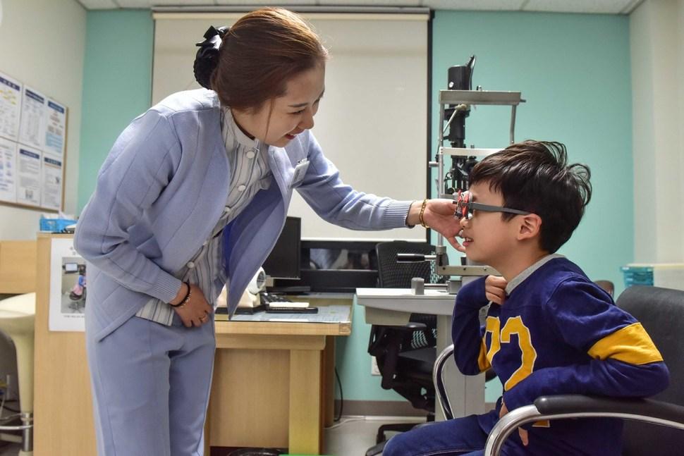 약시가 의심되는 아이가 안과 검사를 받고 있다. 김안과병원 제공