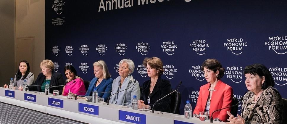 크리스틴 라가르드 국제통화기금(IMF) 총재(사진 왼쪽에서 다섯 번째)를 비롯한 여성 리더들이 다보스포럼에서 세계 각국의 성별 격차와 불평등 문제에 대해 논의하고 있다.     세계경제포럼 제공