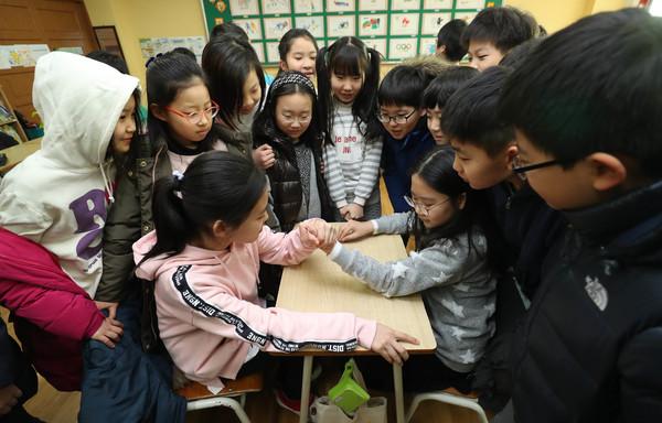 지난달 24일 개학한 서울 성동구 옥수초등학교의 학생들이 교실 안에서 팔씨름을 하고 있다. 신소영 기자 viator@hani.co.kr