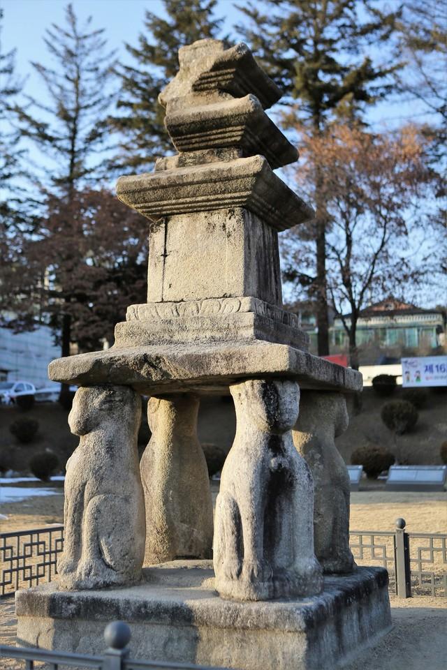 홍천미술관 앞의 '괘석리 4사자삼층석탑'. 두촌면 괘석리에 있던 고려시대 석탑을 옮겨왔다.
