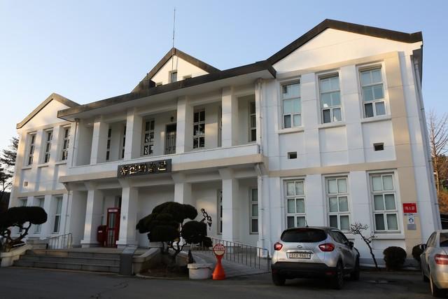 홍천미술관. 1956년 지어진 옛 홍천군청 건물로, 등록문화재다.