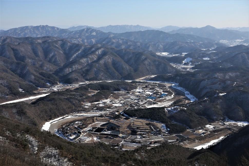 홍천 금학산 정상 전망대에서 내려다본 홍천강 '수태극' 지형.
