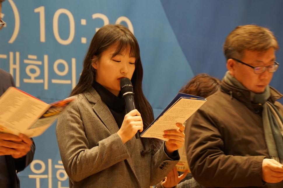 참석자를 대표해 '시민행동'의 취지와 원칙을 담은 선언문을 낭독하고 있는 김진아  한국대학생활협동조합연합회 이사장. '시민행동' 제공