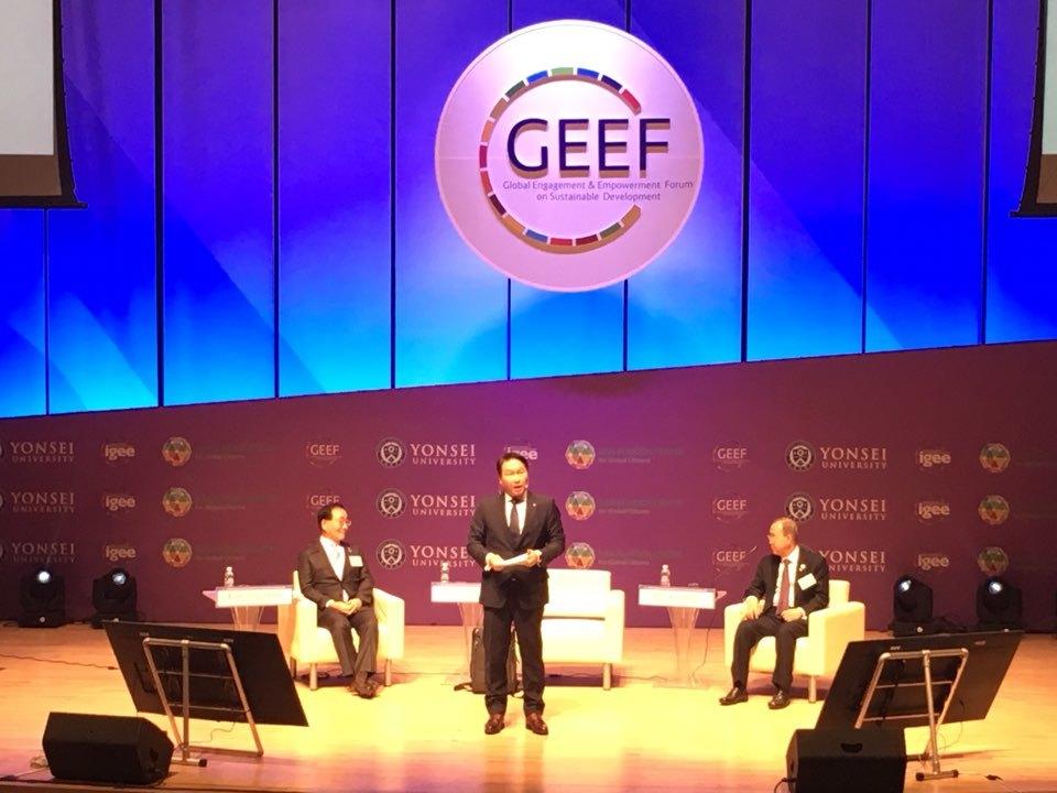 최태원 에스케이그룹 회장이 8일 연세대학교에서 열린 '2018 글로벌지속가능포럼(GEEF)'에 참석해 에스케이의 사회적 가치 창출 활동을 소개하고 있다.