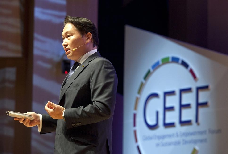 최태원 에스케이그룹 회장이 8일 연세대학교에서 열린 '2018 글로벌지속가능포럼(GEEF)'에 참석해 에스케이의 사회적 가치 창출 활동을 소개하고 있다. 연세대학교 제공.