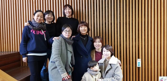 <엄마의 독서> 정아은 작가와 '정치하는 엄마들' 소속 회원들이 집담회가 끝난 뒤 기념사진을 찍었다.