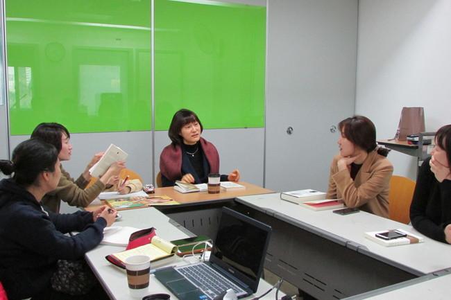 <엄마의 독서> 정아은 작가와 '정치하는 엄마들'의 책모임 '엄마들의 책장' 소속 회원들이 이야기를 나누고 있다.